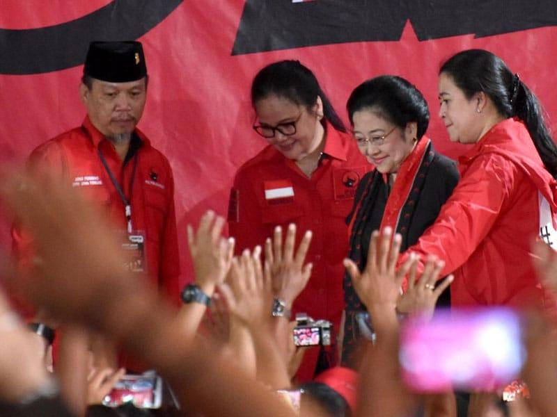 Agustina Wilujeng Dampingi Presiden Temui Petani Sragen