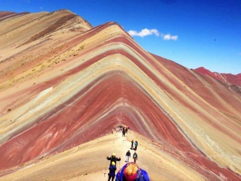 Warna-warni di Gunung Vinicunca di Peru Ini Jadi Buruan Pecinta Selfie