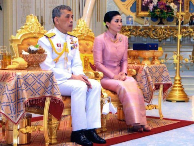 Raja Thailand Nikahi Mantan Pramugari Thai Airways
