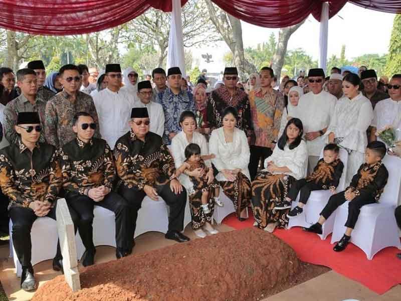Ziarah ke Makam Ani, SBY Kenakan Batik Motif Sawungggaling Hitam