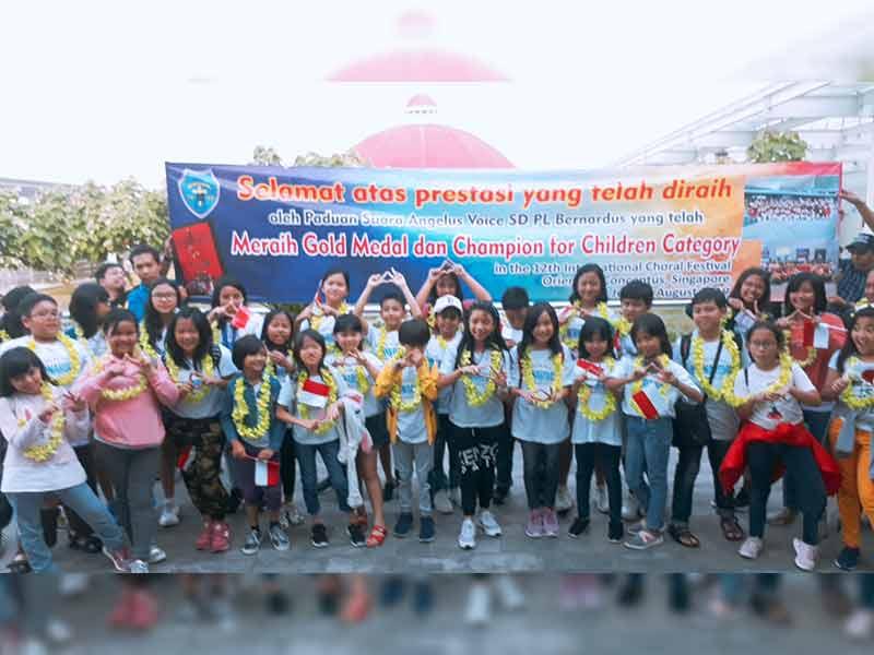 Paduan Suara SD Bernadus Raih Medali Emas Kompetisi Internasional di Singapura