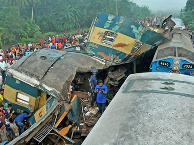 Tabrakan Mengerikan Antara Dua Kereta Api di Dhakan Bangladesh 16 Meninggal Dunia