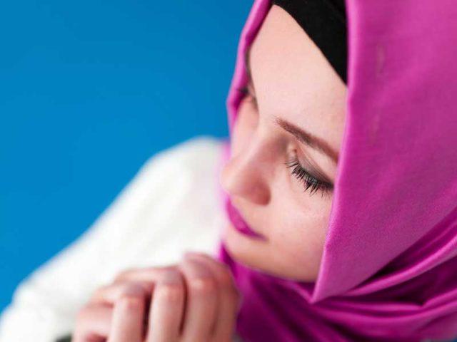 Kebiasaan Ini Bisa Merusak Hijabmu, Simak Tips Merawatnya