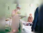 Perawat Rusia Ini Hanya Kenakan Bikini Dibalik APD Transparan, Alasannya Bikin Haru