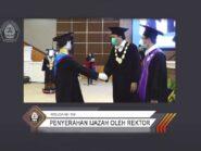 Robot Jabat Tangan Rektor Usai Terima Ijazah di Wisuda ke-159 Undip