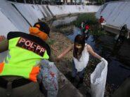 Terjaring Razia Masker Wanita Cantik Dihukum Bersihkan Sungai